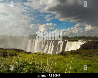 Victoria Falls est une chute d'eau en Afrique australe sur le fleuve Zambèze à la frontière de la Zambie et Zimbabwe.