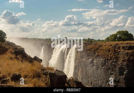 Arc-en-ciel sur les chutes Victoria sur le fleuve Zambèze. Victoria Falls est une chute d'eau en Afrique australe sur le fleuve Zambèze à la frontière de la Zambie et Zimbab