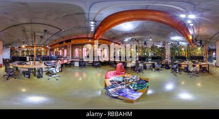 MINSK, BELARUS - 31 octobre 2015: Panorama de l'intérieur de salle de travail en coworking modernes avec sac président. 360 par 180 degrés dans panorama transparente equ Banque D'Images