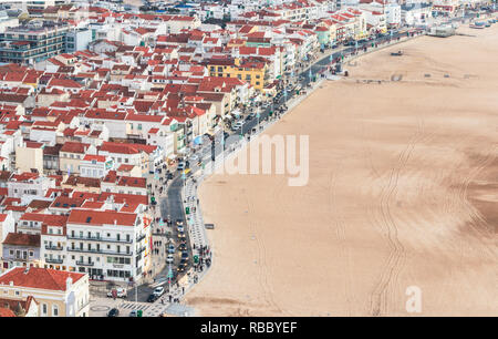 Nazaré, Portugal. 26 Décembre, 2018. Avenue du front de mer de Nazaré, avec des lumières de Noël, les wagons et les gens se promener le long de la promenade de la plage.