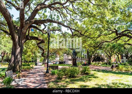 Savannah, États-Unis - 11 mai 2018: Reynolds park en Géorgie au cours de journée ensoleillée en été avec street et statue de John Wesley dans le centre square Banque D'Images