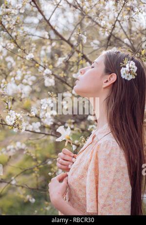 La beauté naturelle et le traitement de spa. Summer girl with long hair. Printemps femme. s'épanouir. Printemps et vacances. visage et soins. Voyager en été. Femme avec la mode du maquillage. Plante verte Banque D'Images