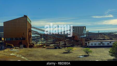 Ancienne exploitation minière de Riotinto avec minéral convoyeurs et de vieux bâtiments de l'exploitation minière, où l'or et le cuivre sont extraits Banque D'Images