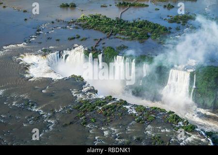 Chutes d'Iguaçu, à la frontière du Brésil et l'Argentine, vue aérienne. Banque D'Images