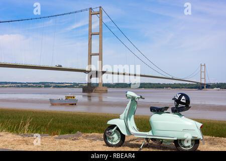 Lambretta scooter rétro sur Riverside avec le Humber Bridge derrière, Barton-upon-Humber, Lincolnshire, Angleterre, Royaume-Uni