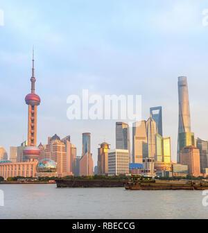 Shanghai skyline avec une architecture moderne au coucher du soleil, des barges rouillées par ville embankment, Chine Banque D'Images