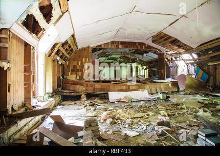 Ancienne maison en ruine à l'intérieur sur la journée d'été ensoleillée Banque D'Images