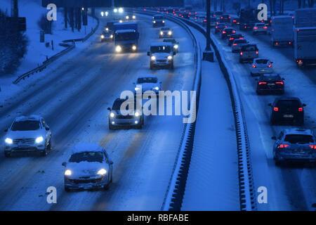 Munich Riem, Deutschland. 10 janvier, 2019. Le chaos de la neige sur les rues de Bavière - comme ici sur l'autoroute A94 en Muenchen Riem est la circulation, les banlieusards de la matinée sur des rues glissantes. Voitures, voitures, PKSWs, conduire sur une route enneigée, le trafic automobile, le trafic routier, l'Autobahn.Berufsverkehr neige continue sur 10.01.2019, fournir pour la neige le chaos, le chaos de la circulation, l'apparition d'hiver en Bavière. Utilisation dans le monde entier   Credit: dpa/Alamy Live News/Alamy Live News