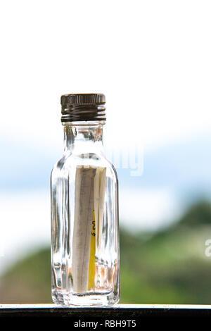 Message dans la bouteille. Une lettre dans un flacon en verre. Un wad. Banque D'Images