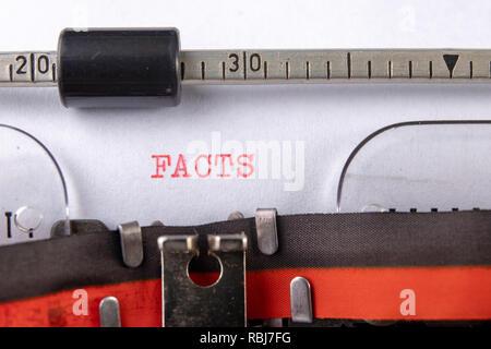 L'inscription sur une carte blanche enregistré dans une machine font. Écrit sur une machine à écrire. Fond noir.q Banque D'Images