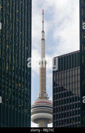 La Tour CN vu entre deux gratte-ciel de Bay Street à Toronto, Canada Banque D'Images