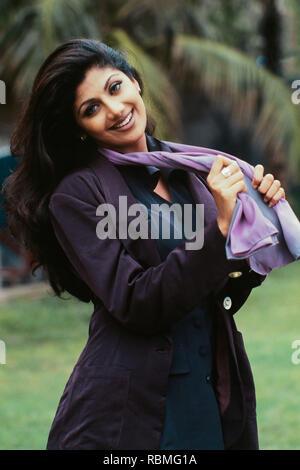 Portrait de Shilpa Shetty holding foulard et souriant, l'Inde, l'Asie Banque D'Images