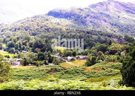 Lake District dans le nord ouest de l'Angleterre et une dame élégante ayant le thé l'après-midi. Banque D'Images