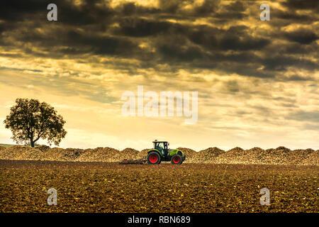 Dans un tracteur déposée, département Puy de Dome, Auvergne, Rhone Alpes, France, Europe