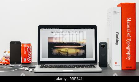 PARIS, FRANCE - Nov 3, 2017: creative minimaliste prix table avec Safari Navigateur ouvert sur MacPook Pro présentant des ordinateurs Apple site web avec la dernière version d'iPhone X 10 et Steve Jobs Theatre Banque D'Images