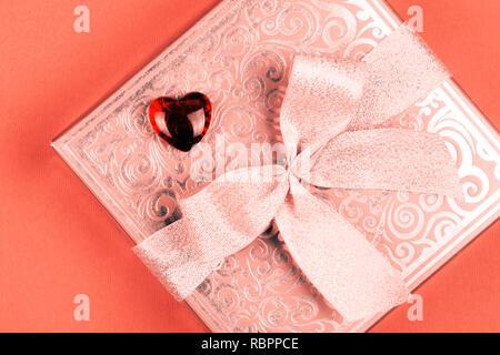 Cadeau ou présent fort avec coeur rouge en couleur de corail vivant pour la Saint-Valentin Banque D'Images