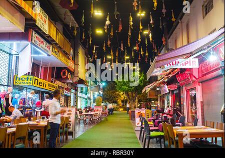 ANTALYA, TURQUIE - 9 mai 2017: l'étroite rue d'Inonu est bordée de cafés et restaurants touristiques et décorées avec des parasols colorés dans le ciel, o Banque D'Images