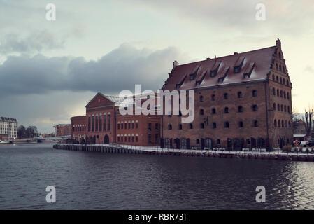 3 Jan 2019 Gdansk, Pologne. Orchestre Philharmonique Baltique polonaise sur la rivière Motlawa un matin d'hiver dans la banque Banque D'Images