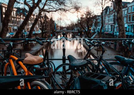 Des vélos sur un pont à Amsterdam, Pays-Bas par temps couvert humide transport destination vacances