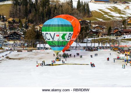 Le CHÂTEAU D'Oex, SUISSE - FEB 01, 2014: Préparation de la montgolfières pour une démonstration en vol au cours de l'International Hot Air Bal annuel Banque D'Images