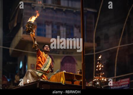 Un prêtre hindou ou une huile brûlante Pujari balançoires lamb dans la prière pendant l'exécution de la soirée Ganga Aarti dans Dashashwamedh Ghat, Varanasi, Inde Banque D'Images