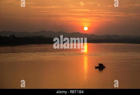 Rivière coucher du soleil / Paysage magnifique ciel jaune et orange au bord du Mékong avec bateau de pêche Banque D'Images