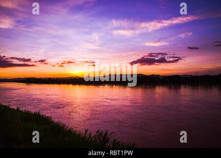 Rivière coucher du soleil / Paysage magnifique ciel dramatique violet et jaune à Mékong Banque D'Images