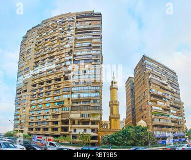 GIZA, EGYPTE - 19 décembre 2017: Le salon bâtiments à l'Université du Caire, pont avec la petite mosquée, caché entre eux, le 19 décembre en GI Banque D'Images