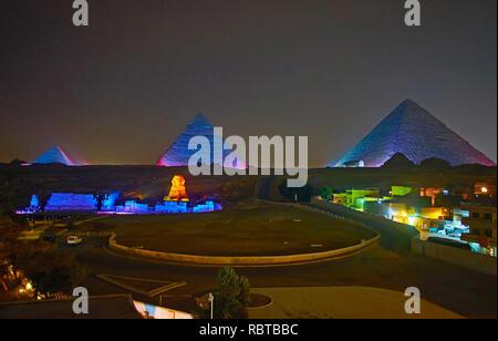 L'éclairage coloré de pyramides de Gizeh et Grand Sphinx sur l'animation du soir performance, populaire parmi les touristes, l'Egypte. Banque D'Images