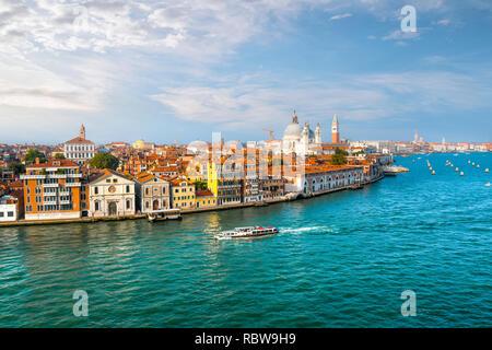 Un taxi de l'eau Venise, Italie croisières le grand canal avec le dôme de la cathédrale Santa Maria della Salute, le Campanile et la place Saint Marc en vue