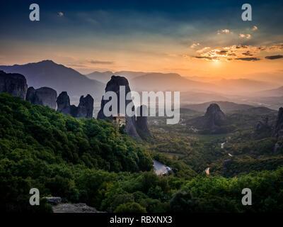 Vue d'anciens monastères légendaires et pittoresque vallée à couper le souffle et monument canyon de météores, Grèce Banque D'Images