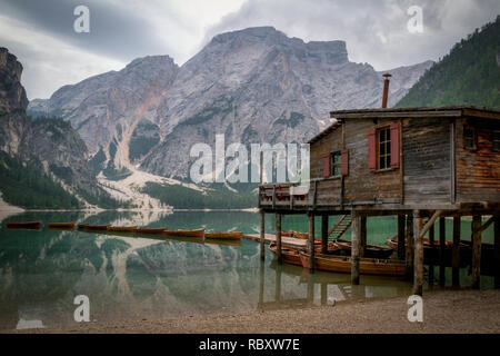 Lac de braies, dans les montagnes des Dolomites, en Italie Banque D'Images