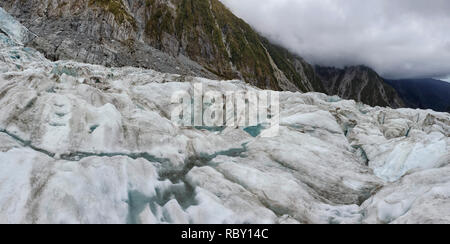 Franz Josef Glacier crampons randonnée à travers le glacier bleu glace - Nouvelle Zélande, île du Sud, Nouvelle-Zélande Banque D'Images