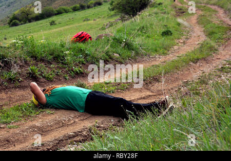 Un homme étendu et de repos à l'extérieur. Jeune homme sain repose sur stone ayant grimpé jusqu'en haut de la montagne. L'Arménie