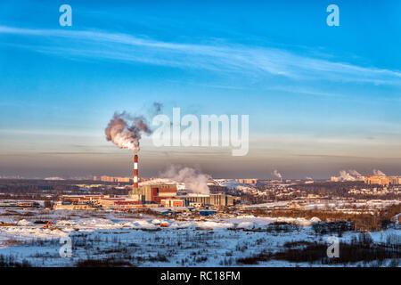 La pollution de l'air à partir d'un tuyau d'usine sur un après-midi d'hiver Banque D'Images