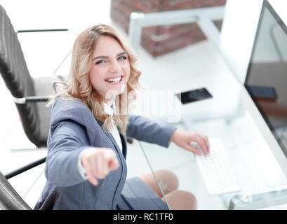 Libre.smiling business woman montrant l'avant Banque D'Images