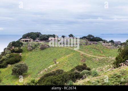 Petite bergerie sur le haut d'une falaise de la côte nord-est de la Sardaigne en Italie