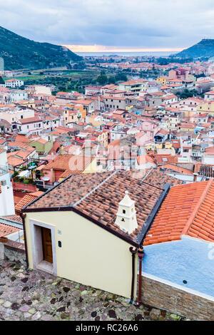Vue aérienne du château de Bosa, un colofrull petit village en Sardaigne, Italie