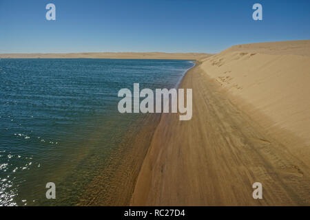 Océan Atlantique rencontre le désert de la Skeleton Coast, Namibie, Afrique.