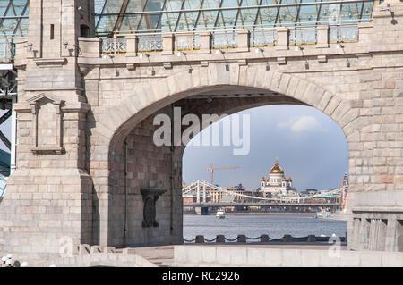 Cathédrale de Christ le Sauveur vu à travers l'écran principal du pont ferroviaire Andreevsky du côté du jardin dans Neskuchny Moscou, Fédération de Banque D'Images