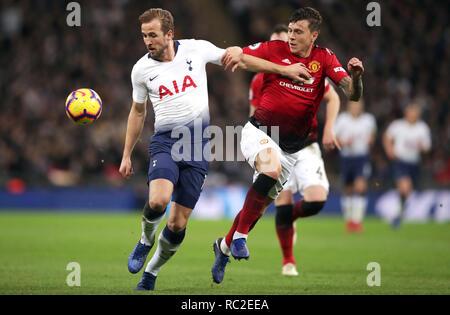 Tottenham Hotspur Harry Kane (à gauche) et Manchester United, Victor Lindelof bataille pour la balle durant le premier match de championnat au stade de Wembley, Londres. Banque D'Images