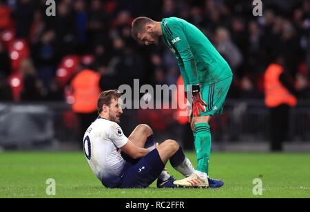 Tottenham Hotspur Harry Kane (à gauche) se trouve lésée du gardien de Manchester United David de Gea vérifie sur lui après le premier match de championnat au stade de Wembley, Londres. Banque D'Images