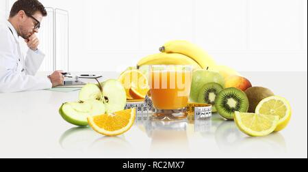 Diététiste nutritionniste médecin prescrit par ordonnance consultation de la tablette numérique, assis à l'office de bureau avec des fruits, jus et moi bande de verre