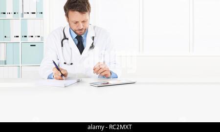 Médecin prescription assis au bureau bureau médical, isolé sur blanc, l'espace de copie et modèle de page web