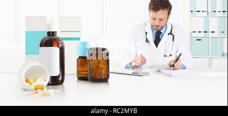Médecin prescription assis au bureau bureau avec pilules, médicaments et soins médicaux, flacons de médicaments, concept et bannière web copie espace temp