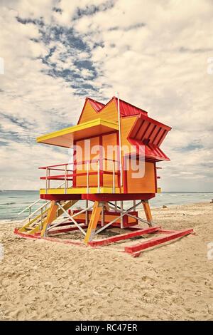 Lifeguard maison sur le sable plage à Miami, USA. Baywatch Tower pour sauvetage en typique style art déco. South Miami Beach. Concept de vacances d'été. Protection du public et la sécurité. Banque D'Images