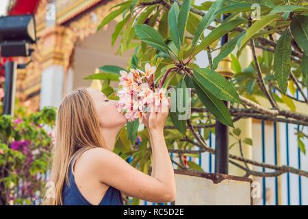 Jeune femme touriste au temple thaïlandais dans la ville de Phuket Wat Mongkolnimit Banque D'Images