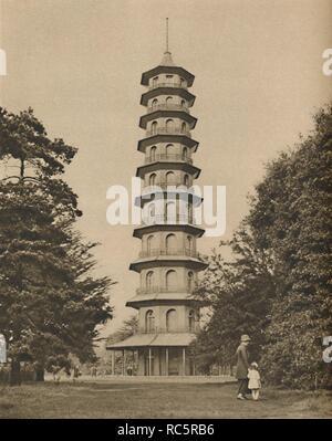 """""""Dix-huitième siècle Version d'une pagode à Kew Gardens', c1935. Vue de la Grande Pagode à Kew Gardens, Richmond, au sud-ouest de Londres. L'inspiration chinoise dix étages pagode octogonale est de 163 ft (près de 50 mètres de hauteur), et a été achevée en 1762 comme une surprise pour la Princesse Augusta, la Princesse douairière de galles et mère de George III. Il a été conçu par Sir William Chambers. """"Magnifique de Londres, Volume 2"""", édité par Arthur St John Adcock. [Le Fleetway House, Londres, c1935] Banque D'Images"""