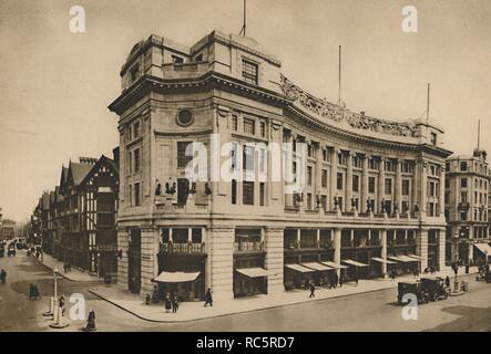 'East India House, à la liberté individuelle de la façade sur le nouveau Régent Street', c1935. Voir le magasin de liberté dans le centre de Londres. Arthur Lasenby Liberty a ouvert son magasin sur Regent Street en 1875. La maquette du bâtiment tudor sur Great Marlborough Street et l'ensemble de Beaux Arts bâtiment classique, nommé East India House, ont été construites pour les dessins de Edwin Thomas Hall et son fils et partenaire Edwin Stanley entre 1922 et 1925. (C'est de l'Inde maison est à ne pas confondre avec le bâtiment du même nom dans la région de Leadenhall Street qui a été le siège londonien de l'East India Comp Banque D'Images