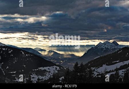 Albertville vu depuis les montagnes en rayons de soleil. Banque D'Images